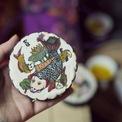 <p> Ngoài đam mê làm bánh, Thùy Dương còn có năng khiếu hội họa. Cô gái trẻ đã lên ý tưởng trang trí bánh Trung thu truyền thống bằng tranh vẽ tay. Dương bắt đầu tìm tòi cách vẽ tranh lên mặt bánh. Cô chọn tranh dân gian như Đông Hồ hoặc các bức tranh thể hiện rõ bản sắc văn hóa Việt thông qua lao động ở vùng nông thôn Việt Nam. Trong ảnh: Tranh Đông Hồ cá chép.</p>
