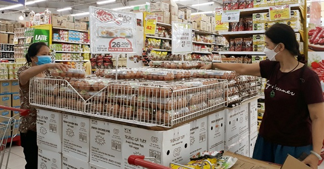 Người tiêu dùng mua trứng tại Big C Thăng Long ngày 28/8. Ảnh: Kinh tế & Xã hội