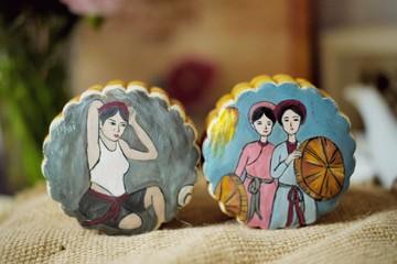 Tranh Đông Hồ, thiếu nữ vẽ tay trên bánh Trung thu