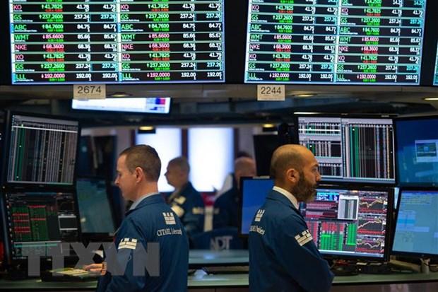 Các chứng khoán viên làm việc tại sàn giao dịch New York (Mỹ). Ảnh: AFP/TTXVN.