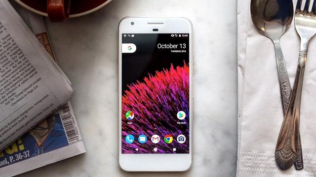Hãy cân nhắc mua smartphone mới nếu máy cũ không còn được cập nhật phần mềm. Ảnh: The Verge.