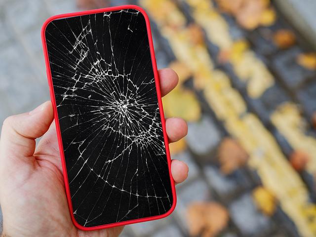 Người dùng nên cân nhắc mua smartphone mới nếu chi phí sửa máy cũ quá cao. Ảnh: Macworld.