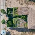 """<p class=""""Normal""""> Nhìn từ trên cao xuống, 30% mái được làm từ cỏ tranh (một loài cỏ dại mọc nhiều ở bờ ao, bờ sông ở miền trung), 70% diện tích còn lại được phủ xanh bởi các loại cây ăn quả lâu năm, các loại rau, hoa và cỏ nhung. Cảm hứng cho thiết kế được lấy từ ngôi nhà ba gian xưa kết hợp với vật liệu tranh sen - một loại vật liệu mái khá quen thuộc ở vùng quê miền trung với đặc tính thân thiện với môi trường, chống nóng rất tốt, thi công đơn giản, giá thành hợp lý và tạo cảm giác gần gũi.</p> <p class=""""Normal""""> Tuy nhiên nhược điểm lớn nhất của mái tranh sen là tuổi thọ tầm 8-10 năm và không có khả năng chịu được gió lớn. Mái bê tông lợp tranh sen là giải pháp an toàn nhất khi vừa chống nắng nóng vào mùa hè, vừa chống gió bão vào mùa đông.</p>"""