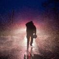 """<p class=""""Normal""""> """"Sau bóng đêm luôn là ánh sáng. Tôi có thể đảm bảo rằng chúng ta sẽ vượt qua chuyện này"""", thống đốc Edward nói. Bão Ida đã khiến một người thiệt mạng ở Prairieville, ngoại ô Baton Rouge. Ảnh: <em>AFP.</em></p>"""