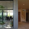 <p> Khối văn phòng nối liền và khối nhà ở cách nhau bởi một bức tường dày.</p>