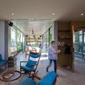 <p> Nhà có nhiều ánh sáng nhờ hệ cửa kính. Nội thất có màu sáng, bắt mắt, tạo ra cảm giác rộng rãi.</p>