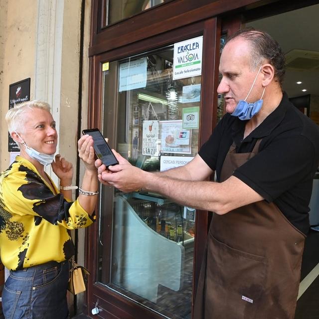 Người Italia xuất trình thẻ xanh trước khi vào nhà hàng. Ảnh: Getty Images
