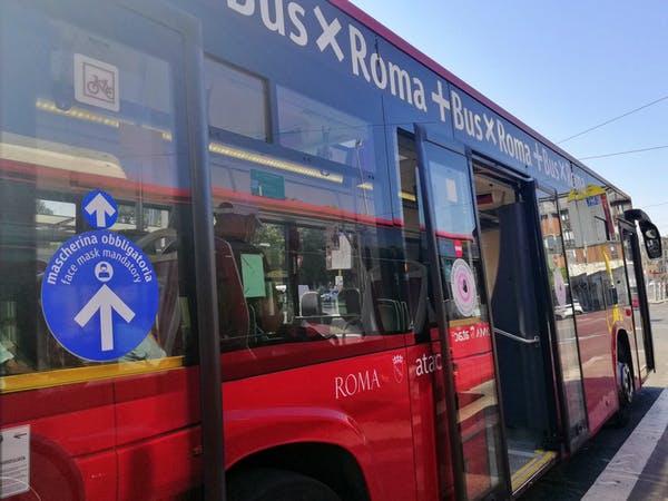 Các biển báo giao thông công cộng ở Rome hồi tháng 7/2021 yêu cầu mọi người lên xe buýt từ cửa sau và xuống xe từ cửa giữa, cửa gần lái xe nhất sẽ bị chặn. Ảnh: CC BY