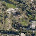 """<p class=""""Normal""""> <strong>Tài sản của Buffett đủ để mua 630 biệt thự ở Beverly Hills của Jeff Bezos</strong></p> <p class=""""Normal""""> Năm ngoái, ông chủ Amazon từng gây chú ý khi chi 165 triệu USD để mua một biệt thự ở Beverly Hills trị giá 165 triệu USD từ tỷ phú David Geffen. Dinh thự rộng hơn 1.130 m2 với 8 phòng ngủ, 10 phòng tắm, 1 phòng ăn lớn cho 12 người; có spa, hồ cá Koi, khu vườn kiểu Âu, sân tennis, đường lái xe lát đá cuội rợp bóng cây và lò sưởi ngoài trời. Đây là một trong những biệt thự có giá bán đắt nhất từ trước đến nay ở California.</p> <p class=""""Normal""""> Dù sở hữu khối tài sản khổng lồ, Buffett vẫn sống trong căn nhà cũ ở Omaha mà ông mua từ năm 1958, với giá chỉ 31.500 USD. (Ảnh: <em>Pictometry)</em>.</p>"""