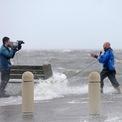 """<p class=""""Normal""""> Ida đổ bộ đất liền sớm hơn dự báo, chỉ vài ngày sau khi trở thành bão. Cường độ bão mạnh lên nhanh đến mức khiến giới chuyên gia khí tượng bất ngờ và người dân Vùng Duyên hải vịnh Mexico của Mỹ không có nhiều thời gian chuẩn bị. Ảnh: <em>Reuters.</em></p>"""
