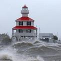<p> Bão Ida đổ bộ bang Louisiana, Mỹ, đầu chiều 29/8 với gió mạnh và mưa lớn, ảnh hưởng mạnh đến các cộng đồng ven biển. Hệ thống ứng phó lụt thảm họa của thành phố New Orleans đối mặt thử thách lớn nhất kể từ khi bão Katrina càn quét nơi này 16 năm trước.</p> <p> Trong ảnh là sóng đánh vào hải đăng New Canal, cửa sông Lake Pontchartrain, khi bão Ida đổ bộ bang Louisiana, ngày 29/8.Ảnh: <em>Reuters</em>.</p>