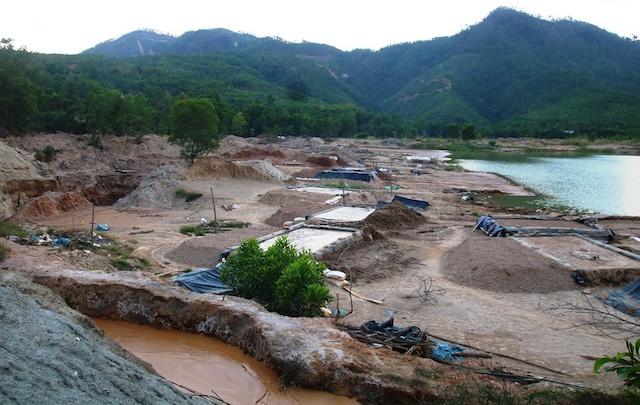 Vàng tặc xây dựng bể chứa để lọc vàng tại khu vực mỏ vàng Bồng Miêu.