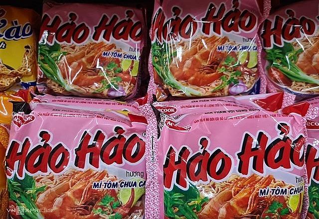 Mỳ tôm chua cay Hảo Hảo của Công ty Acecook Việt Nam được bày bán tại siêu thị ở thị trường trong nước. Ảnh: Anh Minh