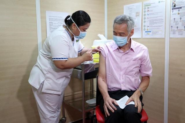 Tỷ lệ tiêm chủng cao giúp Singapore có thể từng bước chuyển sang trạng thái sống chung với Covid-19. Ảnh: Straits Times.