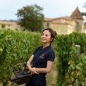 """<p class=""""Normal""""> Vốn yêu thích rượu vang, Triệu Vy làm việc rất tốt chỉ để đưa các loại rượu của mình ra thị trường. Năm 2012, thế giới rượu vang chào đón Triệu Vy khi nữ diễn viên được gia nhập vào Jurade de Saint-Emilion - khu vực sản xuất rượu vang nổi tiếng nước Pháp. Ảnh: <em><span>Chateau Monlot</span></em></p>"""