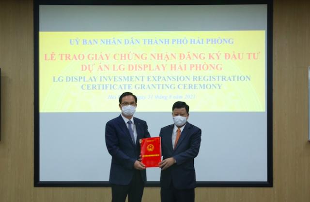 Trưởng Ban quản lý Khu kinh tế Hải Phòng trao giấy phép chứng nhận đăng ký đầu tư Dự án LG DISPLAY Hải Phòng.