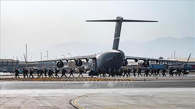 Binh sĩ Mỹ tới sân bay quốc tế Hamid Karzai ở Kabul, Afghanistan để tiến hành công tác sơ tán các nhân viên ngoại giao, công dân Mỹ và đối tác Afghanstan, ngày 20/8/2021. Ảnh: Reuters/TTXVN