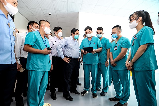 Thủ tướng tại bệnh viễn dã chiến điều trị bệnh nhân nhiễm Covid-19. Ảnh: TCB