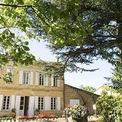 """<p> Chateau Monlot từng là tài sản của vua Louis XIII với tuổi đời hơn 400 năm và sau đó được chuyển giao cho nữ Bá tước Guerchy và anh trai của bà. Sau này, trang trại thuộc sở hữu của gia đình Taillade vào năm 1763, của nhà Ichon– người đặt tên ở đây là Monlot vào năm 1803. Năm1990, gia đình Ichon quyết định bán Monlot cho vợ chồng Bernard Rivals và Béatrice. Hai người giúp nâng cấp chất lượng của rượu vang sản xuất trong trang trại lên một tầm cao mới. Ảnh: <em><span style=""""color:rgb(0,0,0);"""">Chateau Monlot</span></em></p>"""