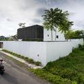"""<p> Ngôi nhà được xây dựng trên khu đất<span style=""""color:rgb(0,0,0);"""">564 m² ở huyện</span>Sleman, tỉnh Yogyakarta, Indonesia. Đây là nơi ở của một gia đình trẻ 4 thành viên, gồm bố mẹ và 2 con nhỏ. Yêu cầu của gia chủ là tạo ra một ngôi nhà có nhiều không gian mở nhưng vẫn đảm bảo sự riêng tư.</p>"""