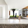 <p> Các phòng bên trong được thiết kế thông thoáng. Nhờ các khoảng trống được tính toán kỹ lưỡng, toàn bộ khu vực sinh hoạt chung đều đón được ánh sáng tự nhiên.</p>