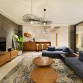<p> Phòng khách được thiết kế theo phong cách ấm cúng. Ngay bên trong phòng khách, kiến trúc sư đã bố trí thêm quầy bar.</p>