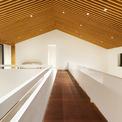 <p> Phần lớn các bước tường đều sử dụng màu sơn trắng. Kết hợp với tông màu sáng của gỗ, không gian trở nên sang trọng.</p>