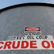 Giá dầu đi xuống, có tháng giảm đầu tiên kể từ tháng 3