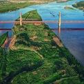 <p> Dự án cầu Nhật Tân và đường hai đầu cầu có tổng mức đầu tư hơn 13.626 tỷ đồng với tổng chiều dài 8.930 m bao gồm: phần cầu Nhật Tân có tổng chiều dài 3.755 m với bề rộng mặt cầu 33,2 m (6 làn xe chính và 2 làn dừng khẩn cấp). Riêng cầu chính là cầu dây văng liên tục 5 trụ tháp tượng trưng 5 cửa ô Hà Nội với tổng chiều dài 1.500 m, phần đường dẫn hai đầu cầu có tổng chiều dài 5.170 m. Đây là một trong những công trình biểu tượng của Hà Nội. <em>Ảnh: Hoàng Hà</em></p>