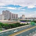 <p> Dự án đường trên cao Mai Dịch - Nam Thăng Long dài 5,3 km trong đó chiều dài cầu cạn 4,8 km, có tổng mức đầu tư 5.343 tỷ đồng. Công trình được xây dựng với quy mô bốn làn xe theo tiêu chuẩn cao tốc, mỗi làn rộng 3,75 m; hai làn dừng khẩn cấp, hai dải an toàn bên trong, dải phân cách giữa... Đây là đoạn đường trên cao duy nhất tại Hà Nội được thiết kế vận tốc 100 km/h, thông xe từ tháng 10/2020. <em>Ảnh: Hoàng Hà</em></p>