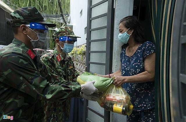 Bộ đội trao thực phẩm hỗ trợ người dân trong khu vực phong tỏa tại TP.HCM. Ảnh: Hoàng Giám.