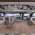 """<p class=""""Normal""""> Ở giữa trung tâm thuyền có một salon rộng chứa hai tivi 77 inch, một khu vực ăn uống dành cho 8 người cùng phòng khách sang trọng.<span>Ảnh:</span><em style=""""color:rgb(34,34,34);""""><span style=""""color:rgb(0,0,0);"""">Sunreef</span></em></p>"""