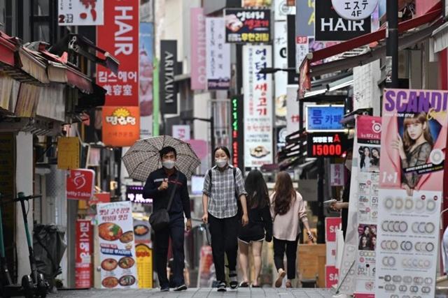 Phố mua sắm Myeongdong ở Seoul, Hàn Quốc ngày 27/8/2020. Ảnh: AFP/TTXVN