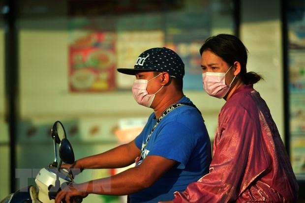 Người dân đeo khẩu trang di chuyển trên đường phố Bangkok, Thái Lan. Ảnh: THX/TTXVN.