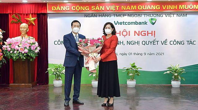 Thống đốc và tân Chủ tịch HĐQT Vietcombank. Ảnh: VCB.