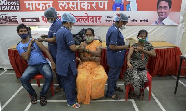 Nhân viên y tế tiêm vaccine Covid-19 cho người dân tại thành phố Mumbai, Ấn Độ, hôm 2/9. Ảnh: AFP.