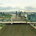 <p> Cầu vừa hoàn thành lắp đặt đốt dầm cuối cùng trong 17 dầm thép của phần cầu chính băng ngang sông Sài Gòn. Nhịp chính dây văng cầu Thủ Thiêm 2 đã nối liền hai bên bờ sông.</p>