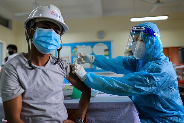 Theo HUBA, khoảng 84% doanh nghiệp tại TP.HCM đã hoàn thành tiêm vaccine Covid-19 mũi 1 cho người lao động. Ảnh: Phương Lâm.