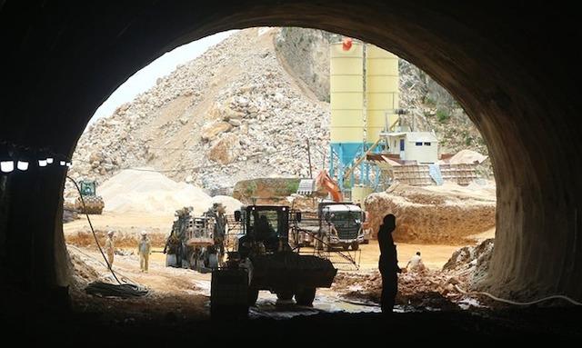 Thi công hầm Tam Điệp trên cao tốc Mai Sơn - Quốc lộ 45.