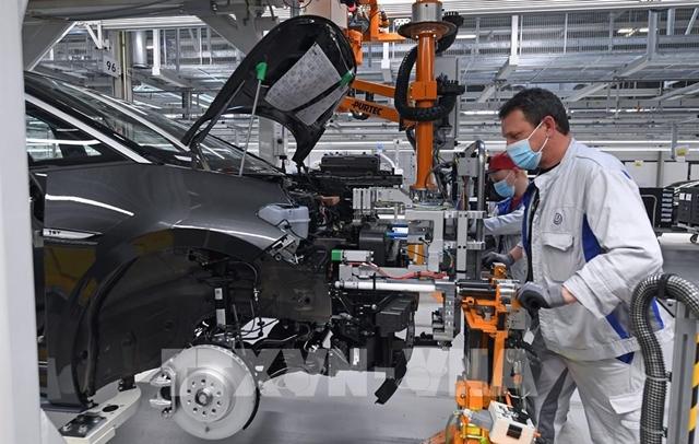 Công nhân làm việc tại nhà máy của hãng Volkswagen ở Zwickau, miền đông nước Đức, ngày 23/4/2020. Ảnh: AFP/ TTXVN