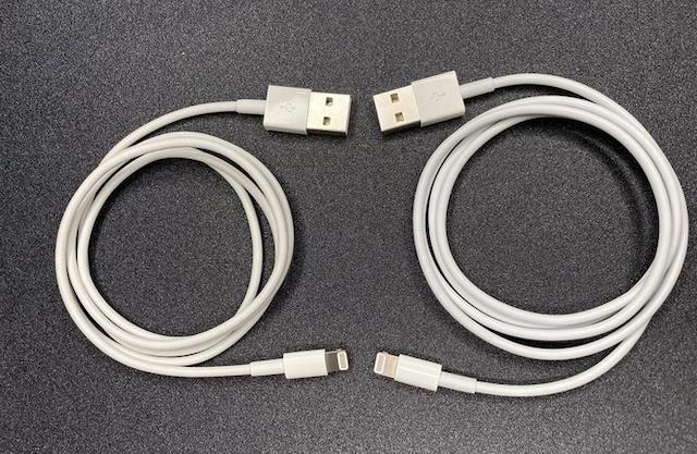 Cáp O.MG (trái) và cáp Lightning của Apple. Ảnh: MG.
