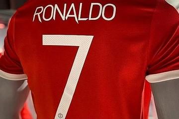 Ronaldo phá kỷ lục bán áo đấu trong 12h, MU đủ tiền phí chuyển nhượng?