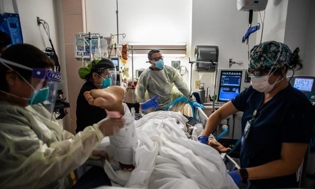 Nhân viên y tế chăm sóc bệnh nhân Covid-19 tại một bệnh viện ở Tarzana, California, Mỹ hôm 2/9. Ảnh: AFP.