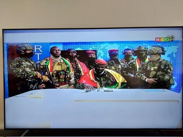 Đại tá Doumbouya (ngồi giữa) phát biểu trên truyền hình quốc gia Guinea. Ảnh: Twitter/Bate Felix.