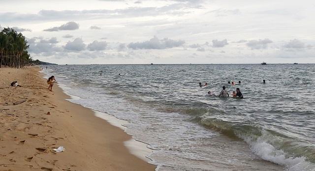 Người dân TP Phú Quốc tắm biển chiều 6/9. Ảnh: Văn Sáng.