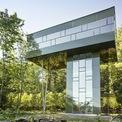 <p> Cấu trúc nhà không chiếm nhiều đất nhưng vẫn khai thác được tầm nhìn đắt giá giữa khu rừng. Diện tích phần đế nhà vào khoảng 40 m2.</p>