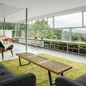 <p> Căn nhà được thiết kế giống hình một dấu cộng, xung quanh là các bức tường kính. Tầng 4 có cửa sổ dài 12 mét cho phép chủ nhà nhìn ra khu rừng với sắc xanh vô tận của cây cối.</p>