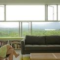 <p> Toàn bộ căn nhà được ốp kính, phản chiếu hình ảnh cây cối xung quanh và tạo cảm giác như vô hình giữa khu rừng.</p>