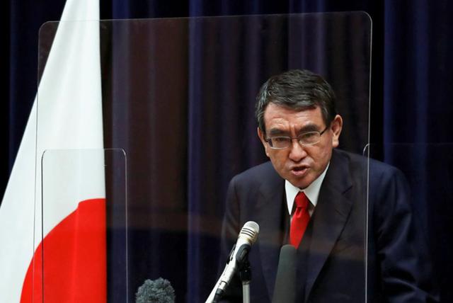 Ông Taro Kono đang được nhiều cử tri Nhật Bản ủng hộ trở thành thủ tướng tiếp theo của nước này. Ảnh: Reuters.