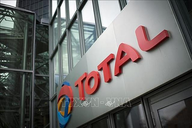 Logo của Tập đoàn dầu khí Total, Pháp tại quận thương mại La Defense, gần Paris. Ảnh tư liệu: AFP/TTXVN